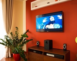 Sypialnia na poddaszu ozdobna konstrukcja ściany z telewizorem - zdjęcie od 123budujemy.pl - Homebook