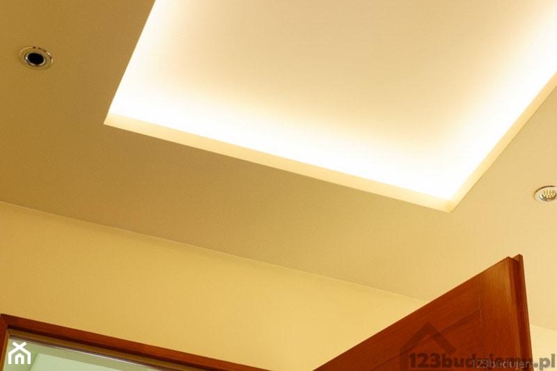 Półka Z Oświetleniem Led Pod Sufitem Zdjęcie Od