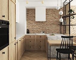 eklektyczne mieszkanie z butelkową zielenią i drewnem - Średnia otwarta biała kuchnia w kształcie litery u, styl eklektyczny - zdjęcie od JUST studio projektowe