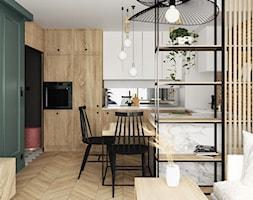 eklektyczne mieszkanie z butelkową zielenią i drewnem - Średnia otwarta biała kuchnia w kształcie litery u w aneksie z oknem, styl eklektyczny - zdjęcie od JUST studio projektowe