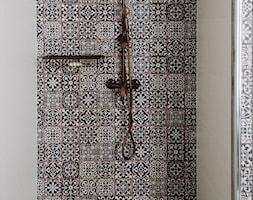 Mała czarna szara łazienka na poddaszu w domu jednorodzinnym bez okna, styl rustykalny - zdjęcie od Hania Bernat
