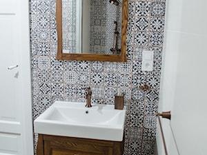 Mała biała szara łazienka w bloku w domu jednorodzinnym bez okna, styl rustykalny - zdjęcie od Hania Bernat