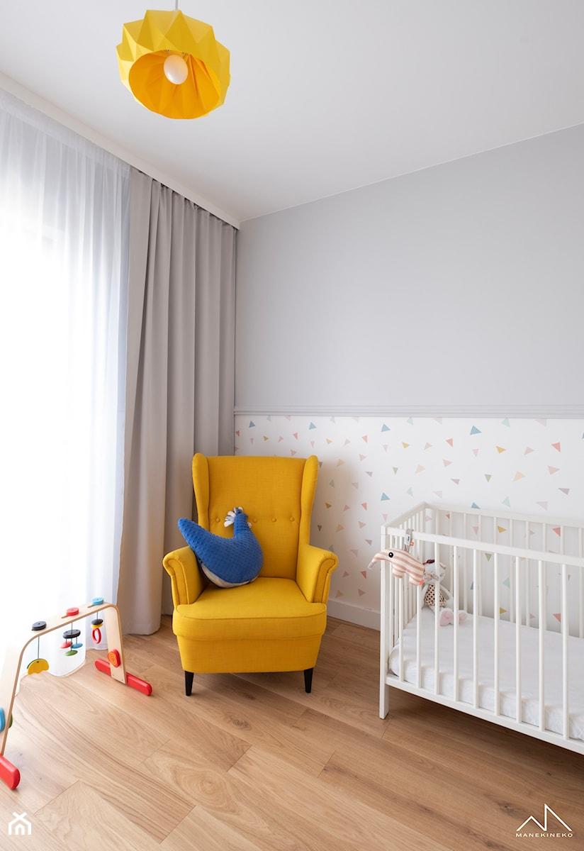 Navy blue na Mokotowie - Mały szary pokój dziecka dla chłopca dla dziewczynki dla niemowlaka, styl nowoczesny - zdjęcie od MANEKINEKO