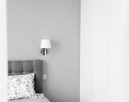 Monochromatyczna sypialnia - Mała biała szara sypialnia małżeńska, styl minimalistyczny - zdjęcie od MANEKINEKO - Homebook