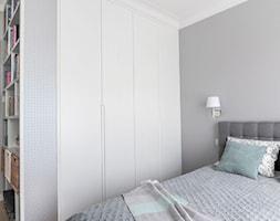 Monochromatyczna sypialnia - Średnia biała szara sypialnia małżeńska, styl minimalistyczny - zdjęcie od MANEKINEKO - Homebook