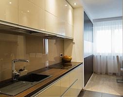 Mieszkanie 90m2 Warszawa Ursus - REALIZACJA - Średnia otwarta wąska beżowa kuchnia dwurzędowa, styl nowoczesny - zdjęcie od Medyńscy Projektowanie