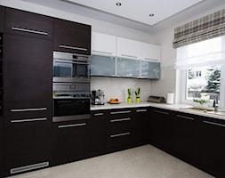 Dom w Rembertowie - REALIZACJA - Średnia otwarta biała beżowa kuchnia w kształcie litery l, styl eklektyczny - zdjęcie od Medyńscy Projektowanie