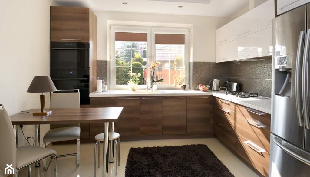 Dom w Słupnie po metamorfozie - REALIZACJA - Duża zamknięta biała kuchnia w kształcie litery l, styl nowoczesny - zdjęcie od Medyńscy Projektowanie - Homebook