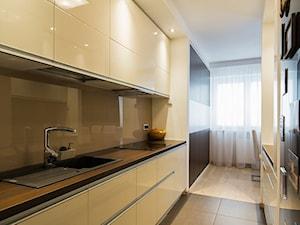 Mieszkanie 90m2 Warszawa Ursus - REALIZACJA - Duża otwarta wąska brązowa kuchnia dwurzędowa, styl nowoczesny - zdjęcie od Medyńscy Projektowanie