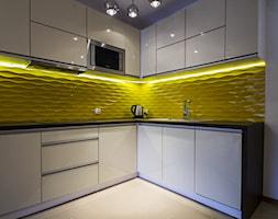 Apartament Katmandu w Zakopanem - REALIZACJA - Mała biała żółta kuchnia w kształcie litery l w aneksie, styl nowoczesny - zdjęcie od Medyńscy Projektowanie