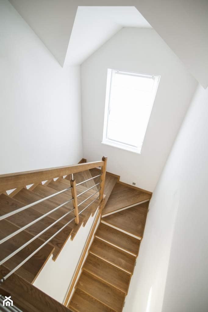 Dom jednororodzinny w Lipkowie - REALIZACJA - Średnie wąskie schody jednobiegowe zabiegowe kręcone drewniane betonowe, styl nowoczesny - zdjęcie od Medyńscy Projektowanie