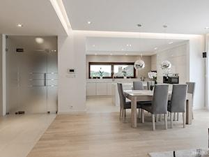 DOM W BESTWINIE - Duża otwarta biała jadalnia w kuchni w salonie - zdjęcie od AW-STUDIO Pracownia Architektury Wnętrz