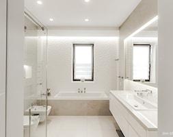 DOM W BESTWINIE - Średnia szara łazienka w bloku w domu jednorodzinnym z oknem, styl nowoczesny - zdjęcie od AW-STUDIO Pracownia Architektury Wnętrz