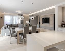 DOM W BESTWINIE - Duży biały beżowy salon z kuchnią z jadalnią z tarasem / balkonem, styl nowoczesny - zdjęcie od AW-STUDIO Pracownia Architektury Wnętrz