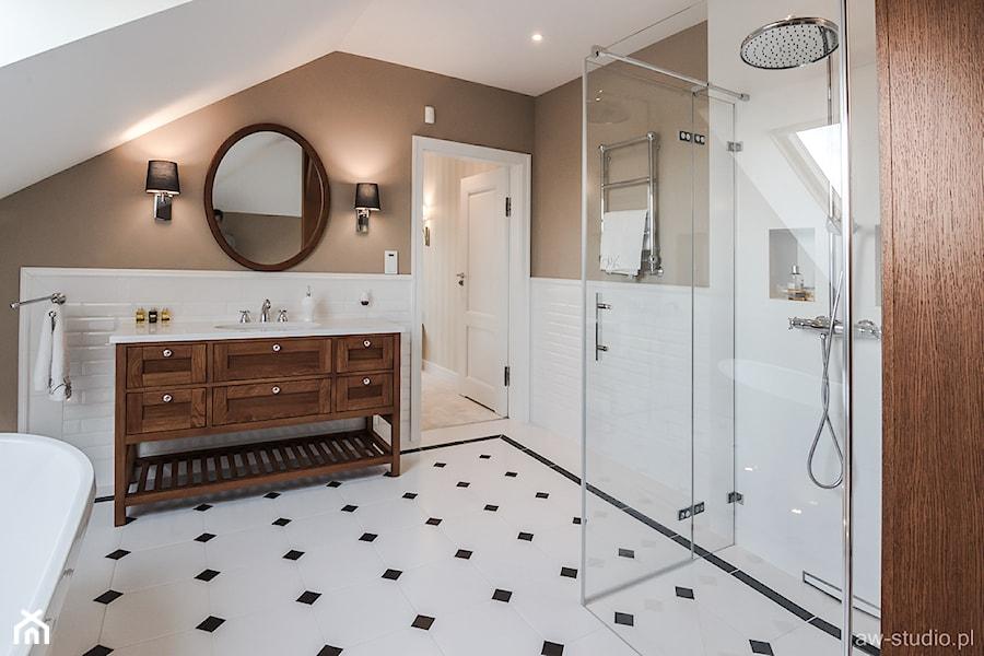 DOM W BESTWINIE - Mała biała brązowa łazienka na poddaszu w domu jednorodzinnym z oknem, styl vintage - zdjęcie od AW-STUDIO Pracownia Architektury Wnętrz
