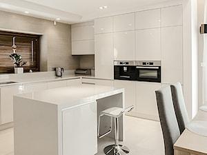DOM W BESTWINIE - Duża otwarta biała kuchnia w kształcie litery l w aneksie z wyspą z oknem, styl nowoczesny - zdjęcie od AW-STUDIO Pracownia Architektury Wnętrz