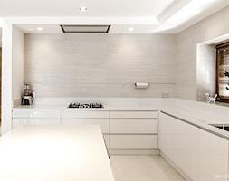 DOM W BESTWINIE - Duża otwarta biała beżowa kuchnia w kształcie litery l z wyspą z oknem, styl nowoczesny - zdjęcie od AW-STUDIO Pracownia Architektury Wnętrz