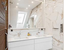 DOM W SZCZYRKU - Mała beżowa łazienka na poddaszu w domu jednorodzinnym z oknem, styl nowoczesny - zdjęcie od AW-STUDIO Pracownia Architektury Wnętrz