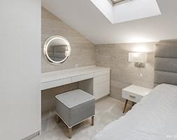 MIESZKANIE W KAMIENICY BIELSKO-BIAŁA - Mała biała sypialnia małżeńska na poddaszu, styl skandynawski - zdjęcie od AW-STUDIO Pracownia Architektury Wnętrz
