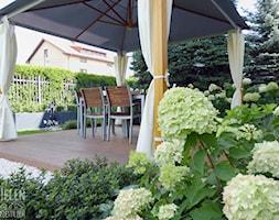 Ogród z altaną - Średni ogród za domem z parasolem - zdjęcie od Zieleń i Przestrzeń