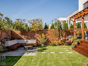Ogród z małą architekturą - realizacja - Średni ogród za domem, styl nowoczesny - zdjęcie od Zieleń i Przestrzeń
