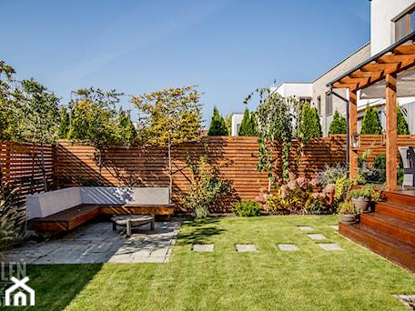 Aranżacje wnętrz - Ogród: Ogród z małą architekturą - realizacja - Średni ogród za domem, styl nowoczesny - Zieleń i Przestrzeń. Przeglądaj, dodawaj i zapisuj najlepsze zdjęcia, pomysły i inspiracje designerskie. W bazie mamy już prawie milion fotografii!