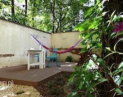 Ogród z hamakami - Mały ogród za domem w stylu skandynawskim z hamakiem - zdjęcie od Zieleń i Przestrzeń