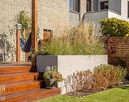 Ogród z małą architekturą - realizacja - Średni ogród za domem z hamakiem, styl nowoczesny - zdjęcie od Zieleń i Przestrzeń