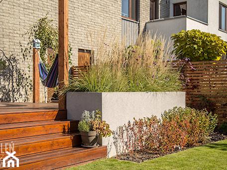 Aranżacje wnętrz - Ogród: Ogród z małą architekturą - realizacja - Średni ogród za domem z hamakiem, styl nowoczesny - Zieleń i Przestrzeń. Przeglądaj, dodawaj i zapisuj najlepsze zdjęcia, pomysły i inspiracje designerskie. W bazie mamy już prawie milion fotografii!