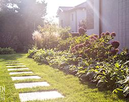 Ogród z kwitnącymi rabatami - Średni ogród za domem, styl nowoczesny - zdjęcie od Zieleń i Przestrzeń - Homebook