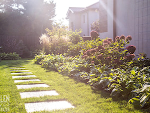 Ogród z kwitnącymi rabatami