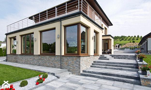 tradycyjny dom ze schodami z płyt brukowych