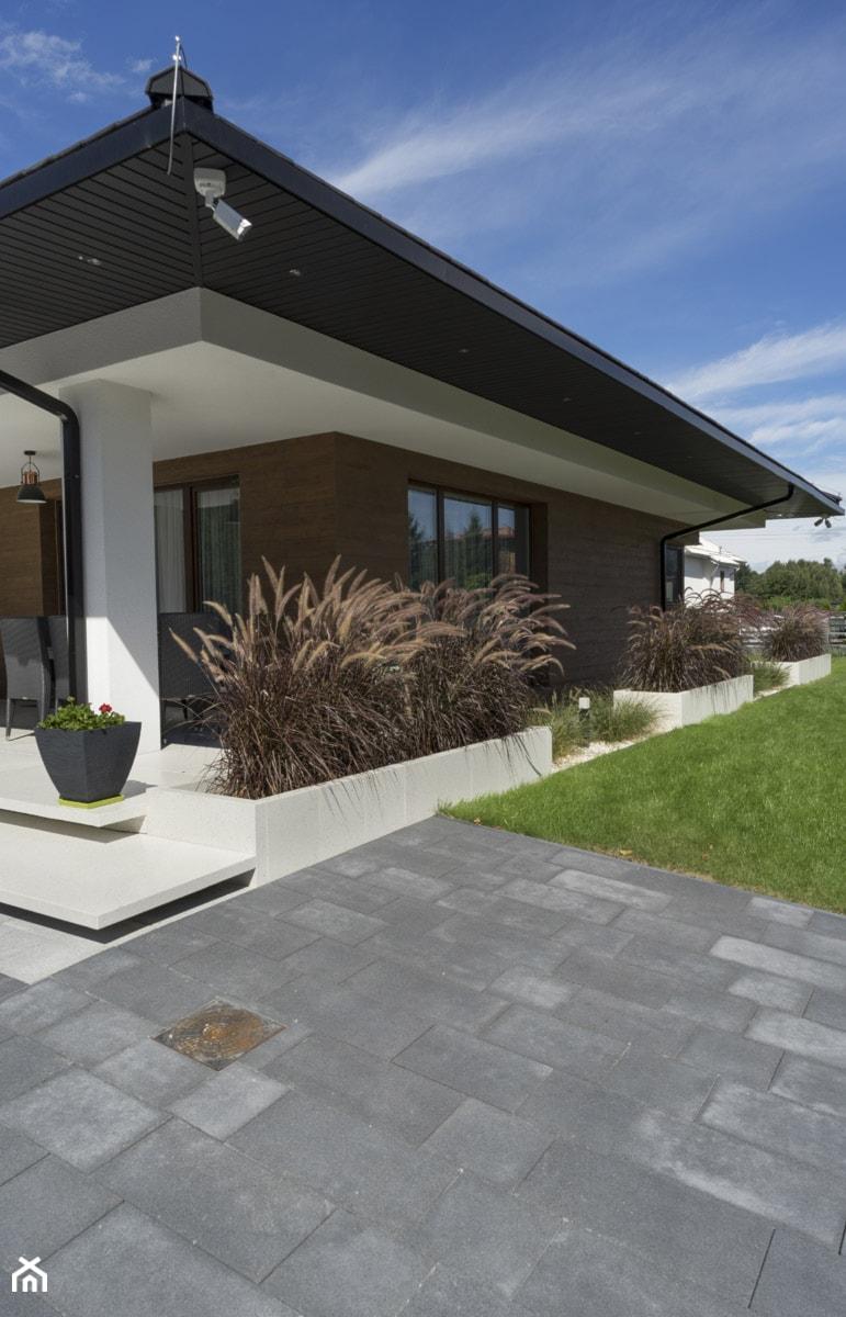 Połączenie płyt podestowych i palisad Abakus. - Ogród, styl nowoczesny - zdjęcie od BRUK-BET