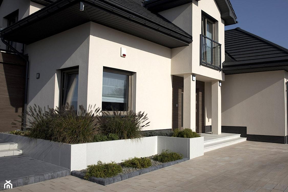dom tradycyjny, betonowe donice