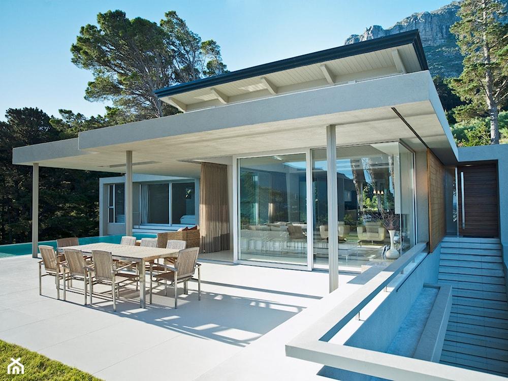 nowoczesny dom, taras z płyt brukowych