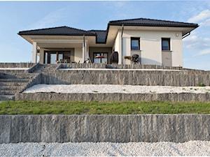 Dom na wzgórzu z monumentalnymi palisadami Uni Split.