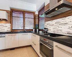 Kamień dekoracjny - Średnia zamknięta szara kuchnia w kształcie litery l z oknem, styl nowoczesny - zdjęcie od BRUK-BET
