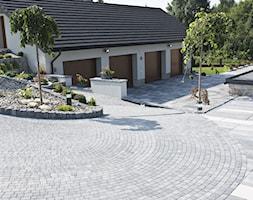 Otoczenie nowoczesnego domu jednorodzinnego. - Duży ogród za domem - zdjęcie od BRUK-BET