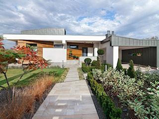 Rezydencja nad jeziorem – zobacz nowoczesny dom z basenem i prywatnym barem