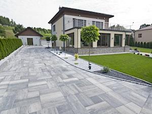 Otoczenie nowoczesnego domu jednorodzinnego. - Duży ogród przed domem - zdjęcie od BRUK-BET