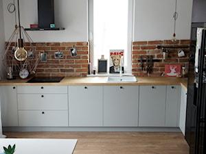 KUCHNIA 01 - Mała otwarta biała brązowa kuchnia w kształcie litery l jednorzędowa w aneksie, styl skandynawski - zdjęcie od meblowomi