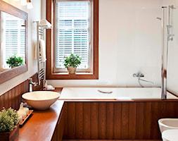 Mała biała łazienka w bloku w domu jednorodzinnym z oknem, styl vintage - zdjęcie od CARPETS & MORE