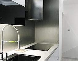 Projekt Kuchni Black&White 12m2 - Gdynia Orłowo - Średnia otwarta biała czarna kuchnia jednorzędowa w aneksie, styl nowoczesny - zdjęcie od GoHome - Homebook