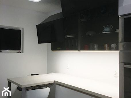 Aranżacje wnętrz - Kuchnia: Projekt Kuchni Black&White 12m2 - Gdynia Orłowo - Kuchnia, styl nowoczesny - GoHome . Przeglądaj, dodawaj i zapisuj najlepsze zdjęcia, pomysły i inspiracje designerskie. W bazie mamy już prawie milion fotografii!