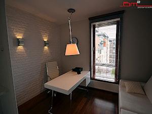 Średnie białe biuro kącik do pracy w pokoju, styl minimalistyczny - zdjęcie od bm2 brzostek maciej