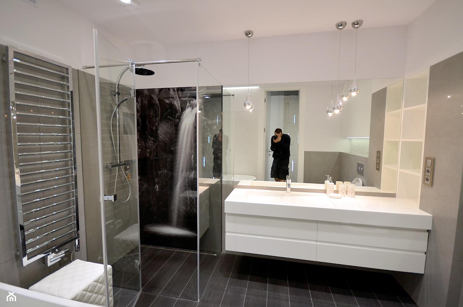 czarno- biały apartament 125m2 - Średnia biała szara łazienka bez okna, styl nowoczesny - zdjęcie od bm2 brzostek maciej - Homebook