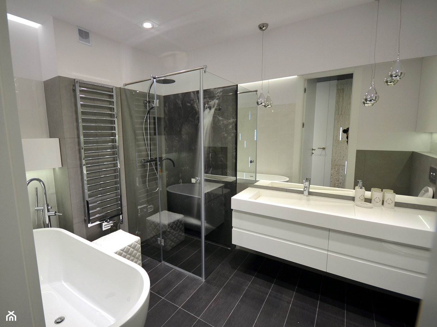 czarno- biały apartament 125m2 - Średnia biała czarna łazienka na poddaszu w bloku w domu jednorodzinnym bez okna, styl nowoczesny - zdjęcie od bm2 brzostek maciej - Homebook