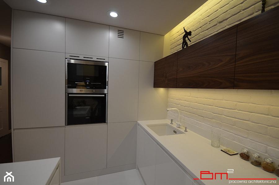 projekt mieszkania 65m2 - Mała średnia otwarta biała kuchnia w kształcie litery l w kształcie litery u w aneksie z wyspą, styl nowoczesny - zdjęcie od bm2 brzostek maciej