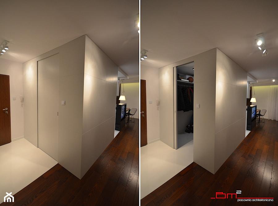 projekt mieszkania 65m2 - Mała zamknięta garderoba, styl nowoczesny - zdjęcie od bm2 brzostek maciej