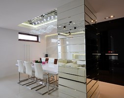 apartament 140m2 - Duża otwarta szara jadalnia w kuchni w salonie, styl minimalistyczny - zdjęcie od bm2 brzostek maciej